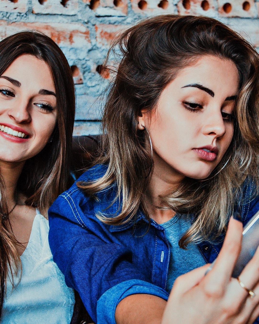 jeunes filles faisant un selfie